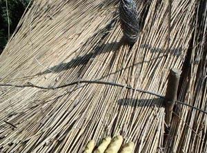 2.) Mit der Nadel wird der dünne Bindedraht um die nicht sichtbare Dachlatte geführt.